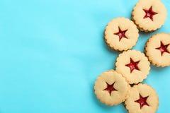 Традиционные печенья Linzer рождества с сладостным вареньем Стоковые Изображения