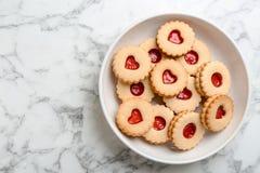 Традиционные печенья Linzer рождества с сладостным вареньем Стоковые Фотографии RF