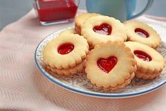 Традиционные печенья Linzer рождества с сладостным вареньем Стоковые Фото