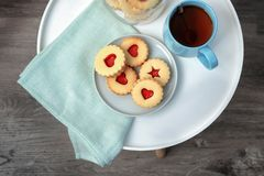 Традиционные печенья Linzer рождества с сладостным вареньем Стоковое Изображение