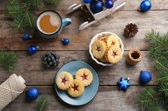 Традиционные печенья Linzer с сладостным вареньем и украшения рождества на деревянной предпосылке Стоковые Изображения RF