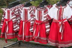 Традиционные румынские фольклорные костюмы для девушек, который подвергли действию для продажи на одну традиционную ярмарку Стоковое Фото
