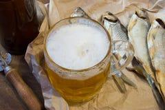 Традиционные русские закуски к пиву Высушенная плотва на бумаге Стоковая Фотография