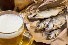 Традиционные русские закуски к пиву Высушенная плотва на бумаге Стоковые Фото