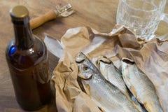 Традиционные русские закуски к пиву Высушенная плотва на бумаге Стоковое Изображение