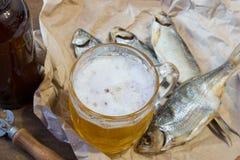 Традиционные русские закуски к пиву Высушенная плотва на бумаге Стоковая Фотография RF