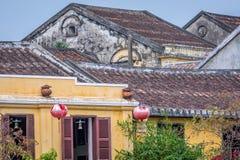 Традиционные светлые фонарики в Hoi ландшафт города на заходе солнца, назначении перемещения Вьетнама стоковое изображение