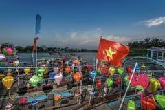 Традиционные светлые фонарики в Hoi ландшафт города на заходе солнца, назначении перемещения Вьетнама стоковые фото