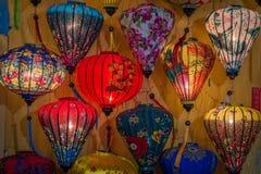 Традиционные светлые фонарики в Hoi ландшафт города на заходе солнца, назначении перемещения Вьетнама стоковые изображения rf