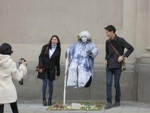 Традиционные совершитель и туристы улицы Стоковые Изображения