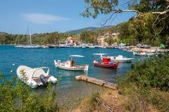 Традиционные старые греческие рыбацкие лодки стоковые изображения