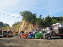 Традиционные старые тележки различных цветов и моделей в строке на стоянке для грузовиков в Ocana, Колумбии Стоковая Фотография