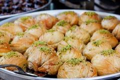 Традиционные турецкие помадки бахлавы в открытом шведском столе в гостинице в Турции стоковая фотография