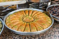Традиционные турецкие помадки бахлавы в открытом шведском столе в гостинице в Турции стоковое фото