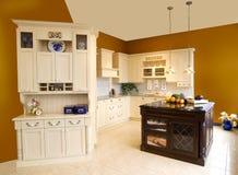Традиционные шкафы древесины кухни Стоковое Изображение RF