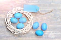 Традиционные яичка покрашенные в голубой венке цвета сплетенном внутренностью деревянном Стоковые Изображения RF