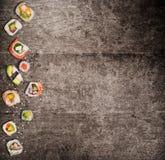 Традиционные японские суши соединяют на деревенской конкретной предпосылке Стоковые Изображения