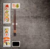 Традиционные японские суши соединяют на деревенской конкретной предпосылке Стоковые Изображения RF