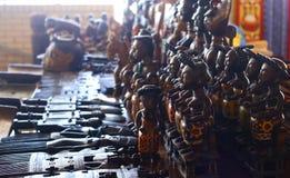 Традиционные handmade деревянные диаграммы на рынке стоковые фотографии rf