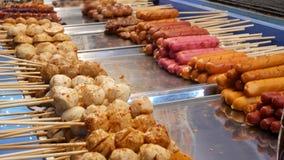 Традиционный азиатский продовольственный рынок улицы ночи в Таиланде Фрикадельки барбекю и другие экзотические очень вкусные заку видеоматериал