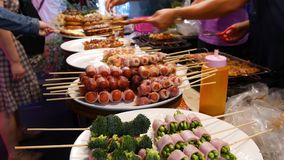 Традиционный азиатский продовольственный рынок улицы ночи в Таиланде Фрикадельки барбекю и другие экзотические очень вкусные заку сток-видео