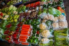 Традиционный азиатский рынок с продажей Малайзии еды разнообразие овощи лежа на счетчике Стоковое фото RF