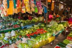 Традиционный азиатский рынок с продажей Малайзии еды разнообразие овощи лежа на счетчике Стоковое Изображение