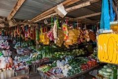 Традиционный азиатский рынок с продажей Малайзии еды разнообразие овощи лежа на счетчике Стоковые Фото