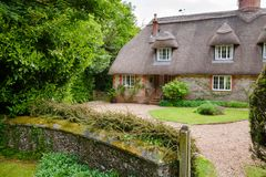Традиционный английский покрыванный соломой коттедж в южной Англии Великобритании Стоковые Фотографии RF