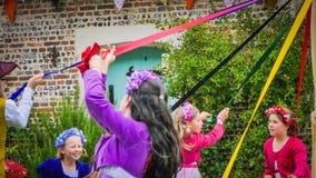 Традиционный английский танец во время средневековой ярмарки в Мильтон Аббасе, Великобритании стоковое фото