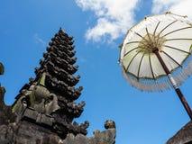 Традиционный балийский висок фланкировал белым зонтиком против стоковое изображение rf
