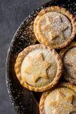 Традиционный великобританский испеченный дом десерта печенья рождества семенит пироги при гайки изюминок Яблока заполняя золотой  Стоковое Изображение
