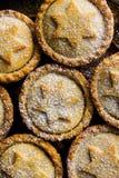 Традиционный великобританский испеченный дом десерта печенья рождества семенит пироги при гайки изюминок Яблока заполняя взгляд с Стоковая Фотография RF