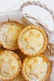 Традиционный великобританский испеченный дом печенья рождества семенит пироги при гайки изюминок Яблока заполняя в плетеной корзи Стоковое фото RF