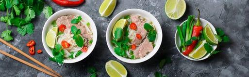 Традиционный въетнамский суп Pho Bo с лапшами, говядиной и травами риса на темной предпосылке стоковое изображение