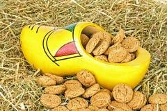 Традиционный голландский деревянный clog с gingernuts в сторновке Стоковое Изображение