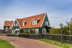 Традиционный голландский дом в рыбацком поселке Marken Стоковое Фото