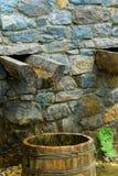 Традиционный деревенский handmade фонтан в горе стоковая фотография