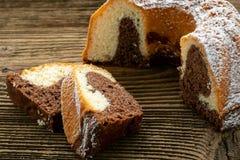 Традиционный домодельный мраморный торт Отрезанный мраморный торт bundt Стоковое Изображение