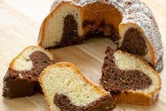 Традиционный домодельный мраморный торт Отрезанный мраморный торт bundt Стоковая Фотография RF