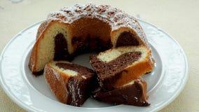 Традиционный домодельный мраморный торт Отрезанный мраморный торт bundt видеоматериал