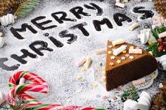 Традиционный домодельный торт рождества шоколада с звездами сахара и зефиром, украшением Нового Года стоковая фотография