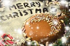 Традиционный домодельный торт рождества шоколада с звездами сахара и зефиром, украшением Нового Года стоковые фото
