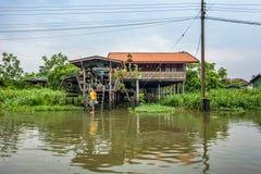 Традиционный дом берега реки в тайской деревне около Бангкока Стоковое фото RF