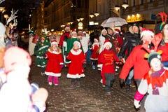 Традиционный ежегодный парад Санта Клауса на отверстии праздников рождества стоковая фотография