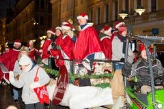 Традиционный ежегодный парад Санта Клауса на отверстии праздников рождества стоковые изображения
