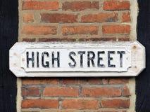 Традиционный знак главной улицы прикрепленный в кирпичную стену с лучами тимберса стоковое фото