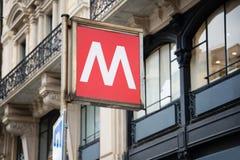 Традиционный знак метро на фоне красивого старого здания итальянка verona городского пейзажа Стоковое Изображение