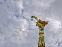 Традиционный золотой штендер освещения птицы против облачного неба стоковая фотография rf