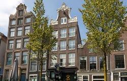 Традиционный исторический голландский щипец расквартировывает около канала в Амстердаме Нидерланды Стоковые Фотографии RF